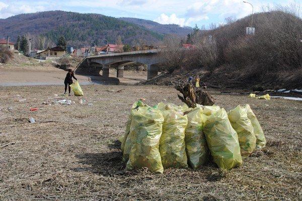 Čistenie Ružína. Každoročne sa vyzbiera množstvo odpadu.