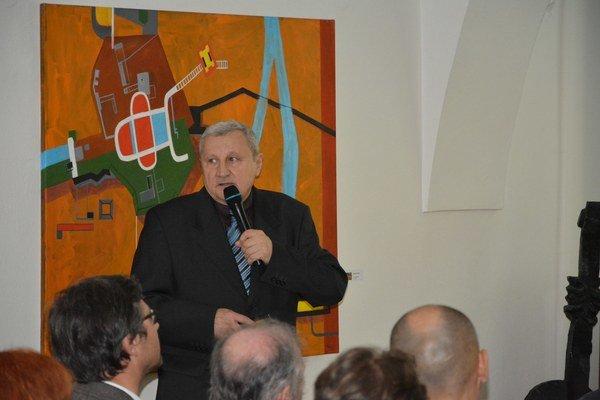 J. Petrík pri predstavovaní publikácie.