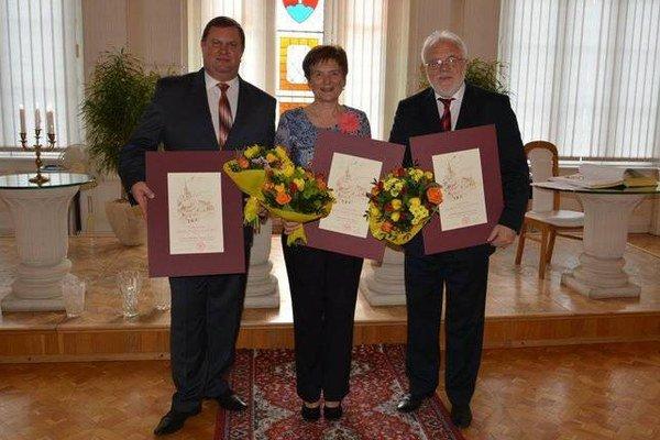 Cenu si prevzala Oľga Pirochová, Miroslavov Semeš (vpravo) a za Gymnázium na Školskej ulici jeho riaditeľ Jozef Kačenga.