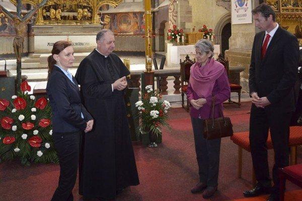 Levočský dekan a farár František Dlugoš (v strede), primátor Levoče Milan Majerský (vpravo) a generálna riaditeľka UNESCO Irina Bokovová (druhá sprava) počas prehliadky Baziliky sv. Jakuba v Levoči.