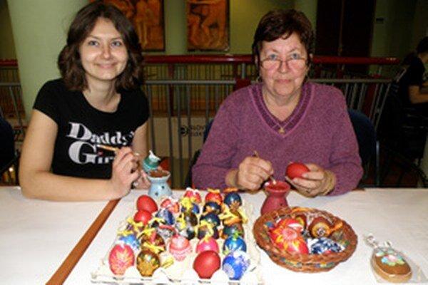 Gabriela Tadialová (vpravo) predvádzala výrobu kraslíc v Dome kultúry v Prievidzi.