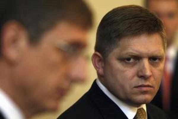Vlády bývalých premiérov Gyurcsánya a jeho predchodcu Orbána urobili z kedysi úspešnej maďarskej ekonomiky len bezprizorný tieň svojich úspešných susedov. U nás ešte nie je jasné, či ekonomika zatieni premiéra Fica alebo naopak.