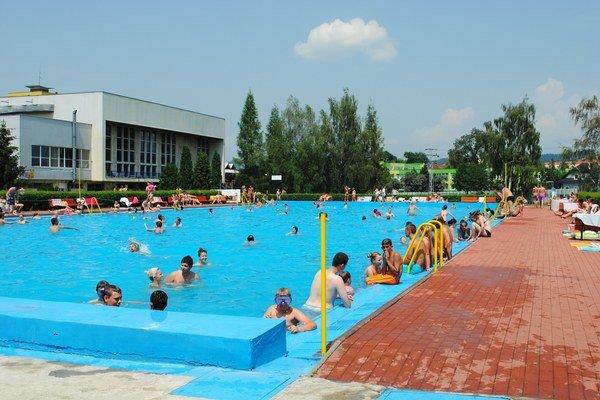 Letné kúpalisko v Spišskej Novej Vsi. Priťahuje návštevníkov zo širokého okolia.