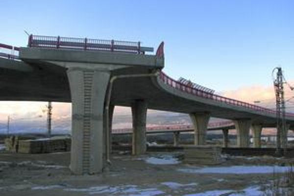 Daňoví poplatníci zaplatia podľa prepočtov Svetovej banky za výstavbu diaľnic viac, ako  tvrdí ministerstvo dopravy.