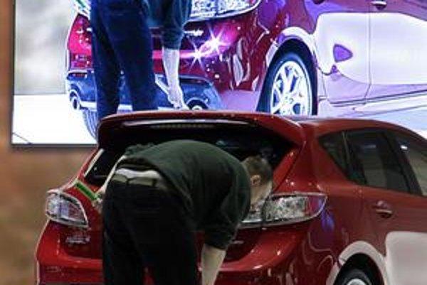 Zákazníkov prekvapila v druhom kole zmena cien áut u predajcov. Niektoré značky totiž zvýšili akčné ceny svojich modelov v priemere približne o päťsto eur. ⋌ILUSTRAČNÉ FOTO – ČTK/AP