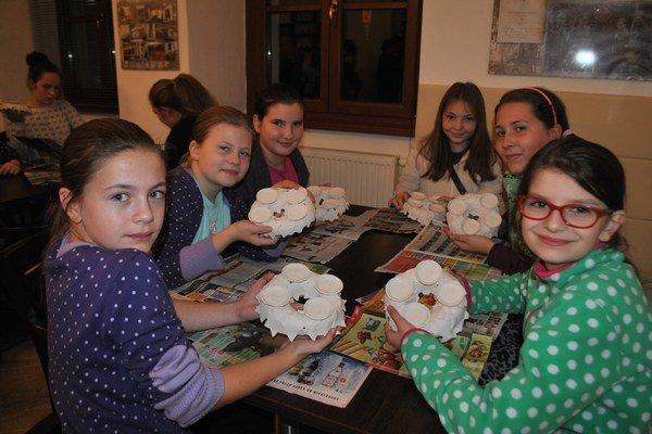 Školáčky zo Smižian. Zuzana, Bianka, Lucia, Kristínka, Miška a Mimka výrobou keramických adventných vencov boli nadšené.