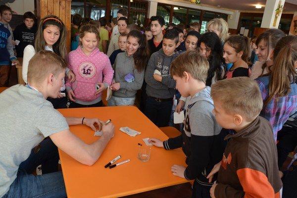 V hokejovej škole. Pavol Skalický v ZŠ Komenského dlho opisoval cestu k bronzu a rozdával autogramy.