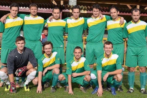 V drese Mária Huty. V hornom rade tretí zľava je Dušan Tomaško. Od jarnej časti už ako primátor bude hrať za svoj Slovan Gelnica.