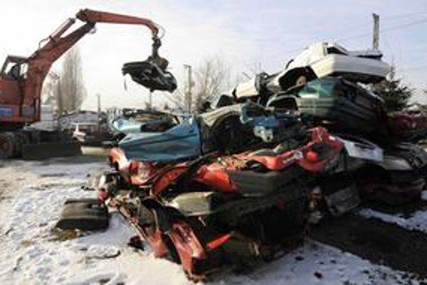 Záujemca o príspevok na kúpu nového auta sa bude musieť preukázať potvrdením o zošrotovaní starého vozidla a jeho vyradením z evidencie.