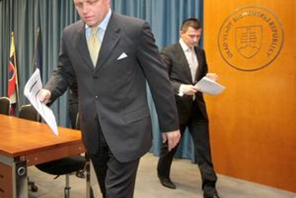 Premiér Fico a minister Počiatek vykročili s rozpočtom do krízového stavu.