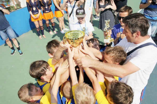 Smižanci s víťaznou trofejou. Žiaci ZŠ Povýšenia sv. Kríža v Smižanoch sa stali víťazmi celoslovenského finále školskej hokejbalovej ligy, ktoré sa konalo v Trenčíne.