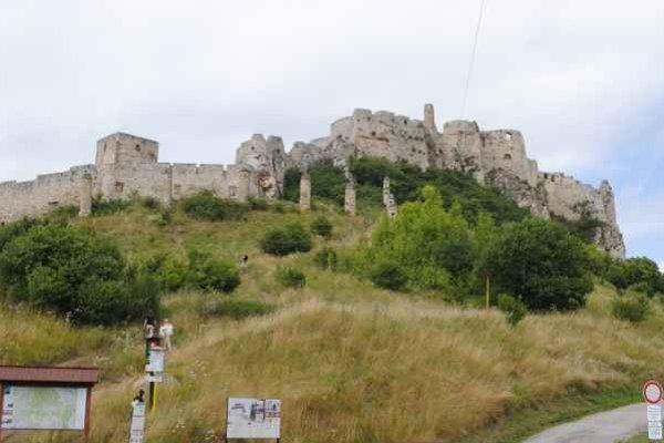 Spišský hrad. Je zapísaný do Zoznamu pamiatok svetového dedičstva UNESCO.