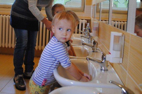 Deti na Hanulovej ulici majú v novom školskom roku vynovenú kúpeľňu.