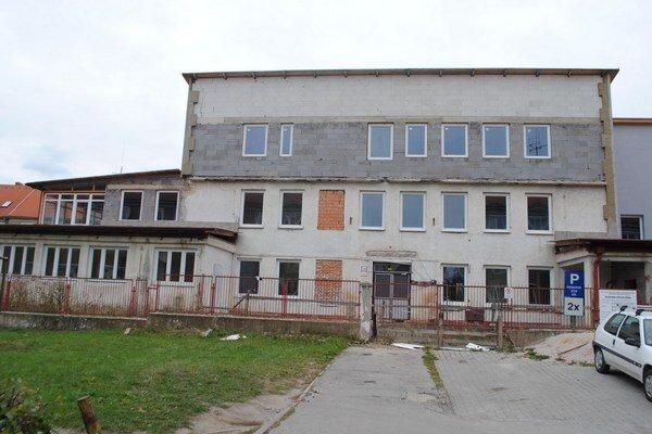 Opustená budova ZOS. Už rok sa na nej neukázal stavebný robotník.