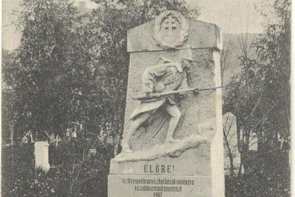 Pomník na cintoríne. Dobová fotografia zachytávajúca pomník padlým vojakom.