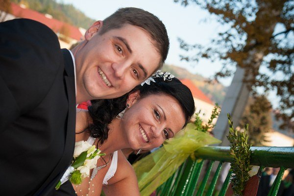 Bronislava a Jozef. Svoju lásku spečatili osadením visiaceho zámku na lavičku lásky.
