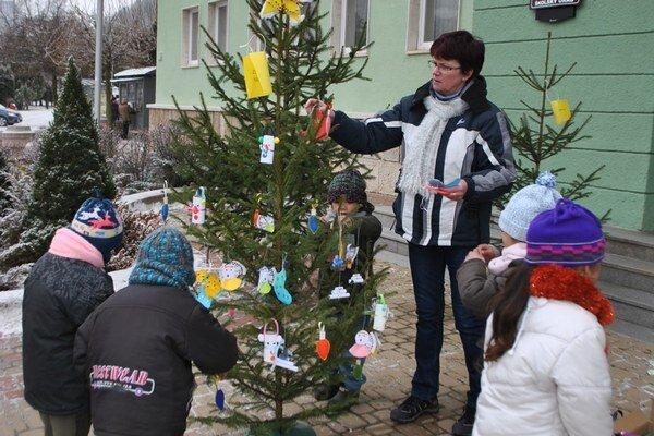 Škôlkari. Svoj vianočný stromček zdobili s nadšením.