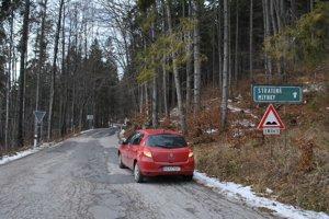Zničená cesta odrádza možných lyžiarov.