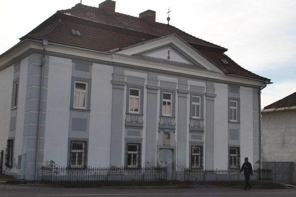 Dom duchovenstva v centre Hrabušíc.