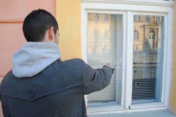 Rozbité okno. Polícia hovorí len o rozbitej fľaši.
