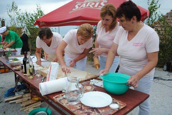 Pirohaľe z Dúbravy. Každý rok v obci organizujú súťaž vo varení a jedení Dúbravské pirohy.