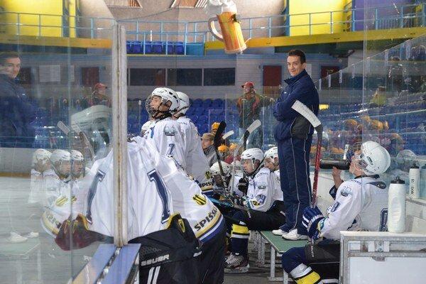 Voľby a hokej. Tréner Martin Šiška (vpredu) a jeho prvovoliči budú v sobotu pri volebných urnách medzi prvými.