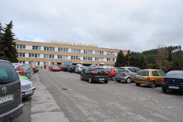 Parkovanie pri nemocnici zvyšuje krvný tlak vodičom.