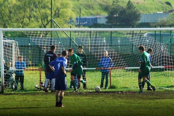 Jeden gól nestačil. Po góle Zvaleného (uprostred) Jamníčania vyrovnali na 1:1, ale nakoniec všetky body brali za víťazstvo 3:1 na ťažkom teréne Gelničania.