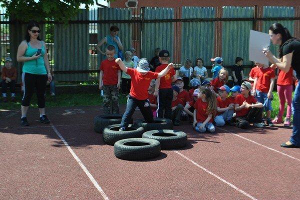 Prekážkový beh. Deti zvládli aj bežeckú disciplínu.