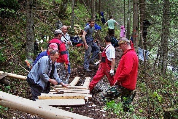 Opravy v Raji. Turisti už môžu využívať nové rebríky cez Biely potok.