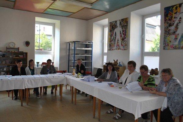 Prázdna volebná miestnosť. Volebná komisia v Krompachoch čakala na voličov.