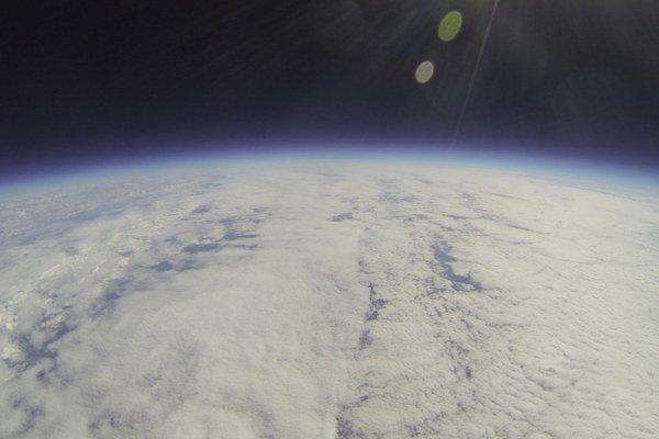 Fotografia Zeme. Z palubnej kamery zo stratosféry. FOTO: