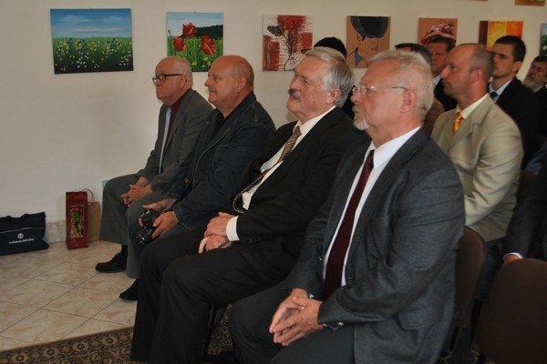 Ocenení a hostia. Sprava: L. Nowak (primátor gminy), P. Gubka (cena primátora), delegát z partnerského mesta a D. Girba (čestné uznanie).