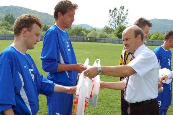 Aktív bez väčších komplikácií. Predseda ŠTK SOFZ Juraj Kotrady (v bielom) v týchto dňoch finišuje s rozpisom súťaží na novú sezónu.