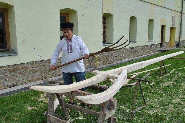 Maxividly. M. Kovalík ich zostrojil podľa originálu z obce. Sú však štyrikrát väčšie ako pôvodné.
