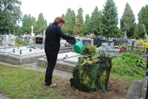Netradičné črepníky. Sú ozdobou cintorína.