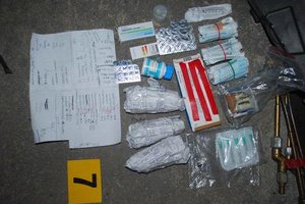 Materiál zadržaný pri policajnej akcii.