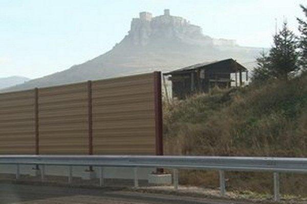Výhľad na hrad. V úseku takmer pol kilometra mu bráni nevľúdna plastová stena.