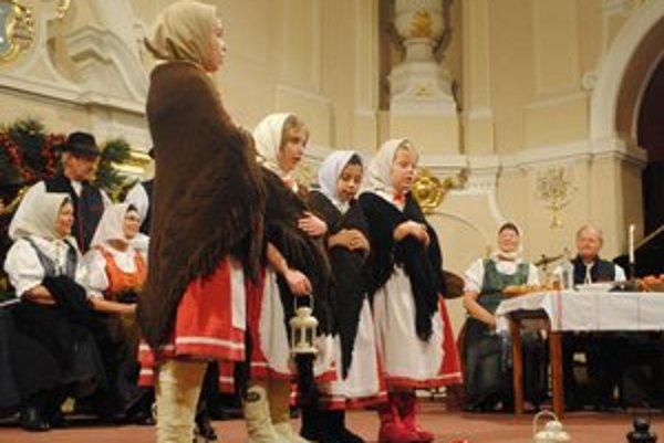 Folklórny súbor Harihovčan. Predstavil Štedrý deň v minulosti.