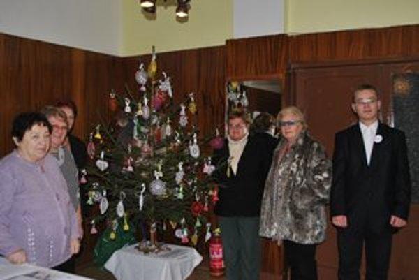 Vyzdobený vianočný stromček. Háčkované ozdoby sú dielom šikovných Krompašaniek.