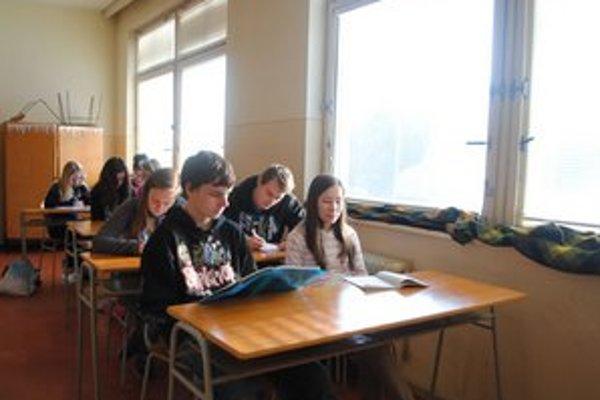 Vyučovacia hodina. Deky na oknách udržujú aspoň sčasti teplo.