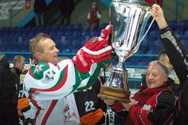 Sponzor spišskonovoveského hokeja. Ladislav Krajňák (vľavo) stále podporuje hokej v klube, kde vyrástol.