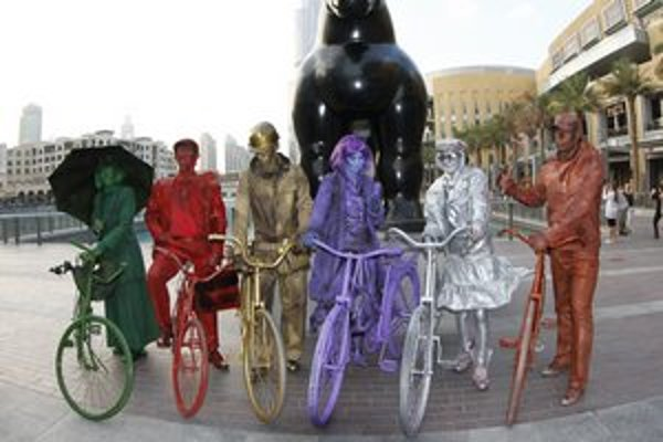 Umelci zo Spiša. Divadelníci v dubajských uliciach znázorňujú živé sochy.