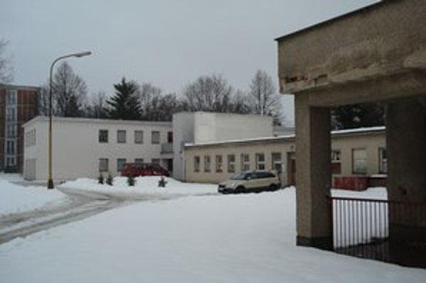 Areál bývalej materskej školy. Poskytuje dostatočný priestor pre deti.