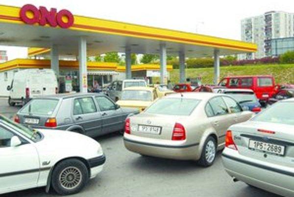 Ak prejde návrh českých sociálnych demokratov na zníženie spotrebnej dane na benzín a naftu, motoristi tam budú platiť za benzín menej.
