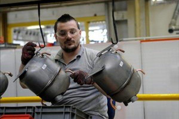 pracovník vo výrobnej linke spoločnosti Embraco Slovakia.