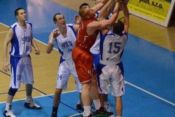 Boj o každú loptu. Dobrú pozíciu pred play–off si chceli vybojovať ako Spišiaci, tak aj Bystričania.