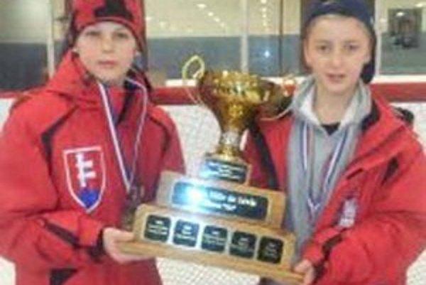 Spišiaci v zámorí. Brankár Adam Sloboda (vpravo)  a útočník Róbert Džugan si vyskúšali hokej v zámorí.