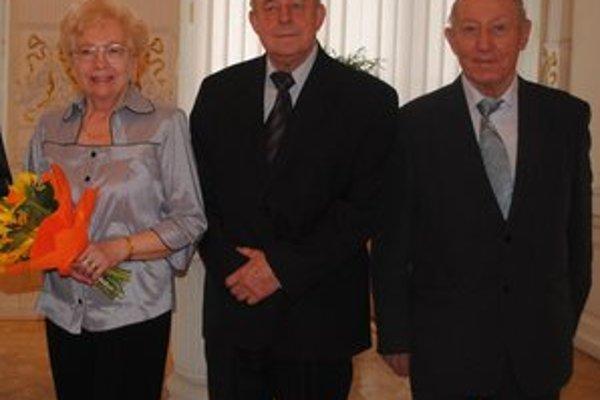 Ocenení cenou primátora. Zľava E. Zimová, V. Jiroušek a T. Gurin.