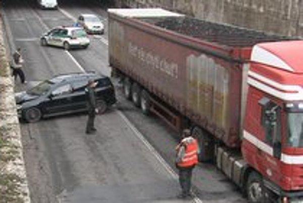 Hrozivo vyzerajúca nehoda. Spomalil pre výtlk, kamión za ním do neho vrazil.